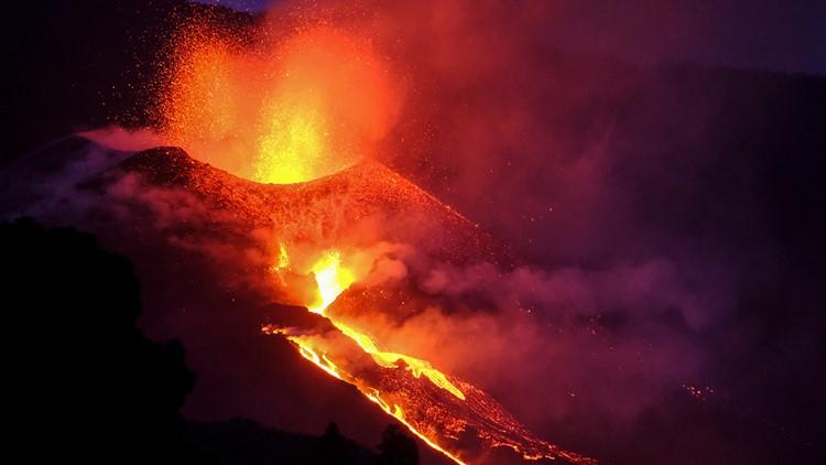 New river of lava threatens even more buildings on La Palma